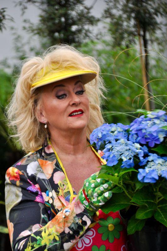 Karin Bloemen hakend en tuinierend in lockdown